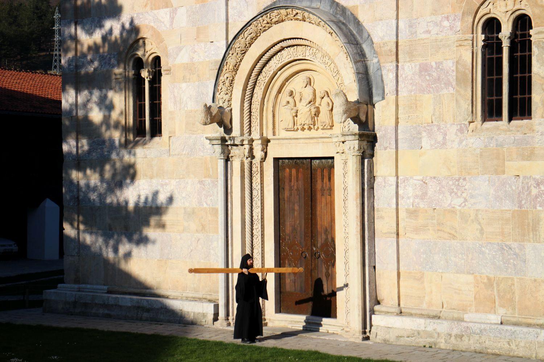 Porte dans le monastère Decani